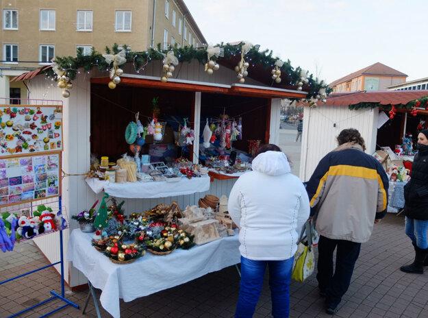 V stánkoch predajcovia ponúkajú špeciality aj vianočné dekorácie a iné výrobky.