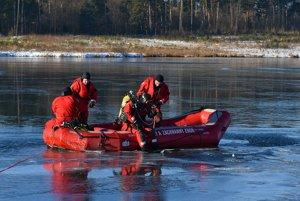 Na snímke potápači zo Záchrannej brigády Hasičského a záchranného zboru v Humennom sa pripravujú na pokračovanie v pátraní po mužovi, pod ktorým sa v podvečer 5. decembra prelomil asi štvorcentimetrový ľad.