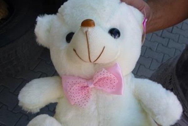 Aj takéhoto plyšového medveďa našli v zásielke.
