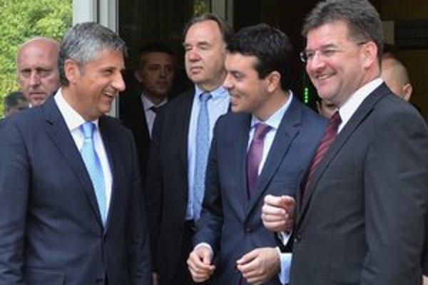 Šéf rakúskej diplomacie Michael Spindelegger (vľavo), jeho macedónsky kolega Nikola Poposki (v strede) a Miroslav Lajčák v rozhovore pred rokovaniami v Skopje.