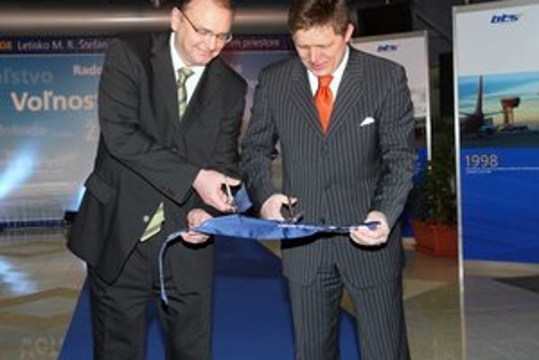 Predseda vlády oceňuje, že za Vážneho sa strihali pásky.