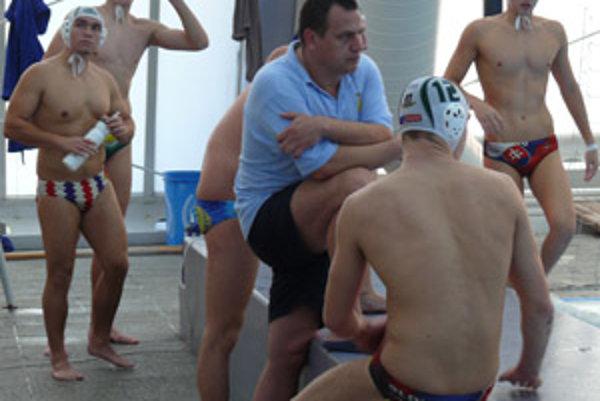 Tréner Novák Peter Tkáč so svojimi zverencami.