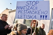 Proti likvidácii piešťanského letisko protestovali aj miestni obyvatelia.