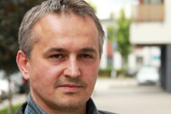 Narodil sa v roku 1969, vyštudoval Teologickú fakultu Univerzity Komenského v Bratislave. Postgraduálne štúdium absolvoval v Ríme a Jeruzaleme. V roku 1995 ho vysvätili za rímskokatolíckeho kňaza, v roku 2003 sa z tejto služby rozhodol odísť. Stal sa riad