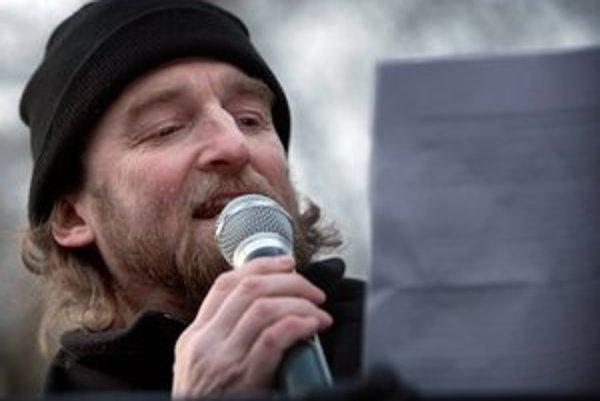 Tom Nicholson na jednej z demonštrácií proti Gorile.