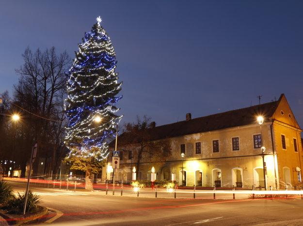 Vianočný stromček v centre Bojníc.