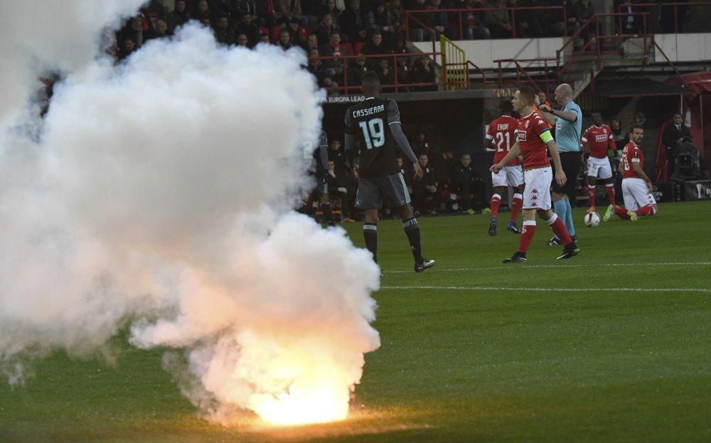 Prerušená hra kvôli dymovnici na ihrisku v zápase G-skupiny 6. kola Európskej ligy vo futbale Standard Liege - Ajax Amsterdam.  FOTO - TASR/AP