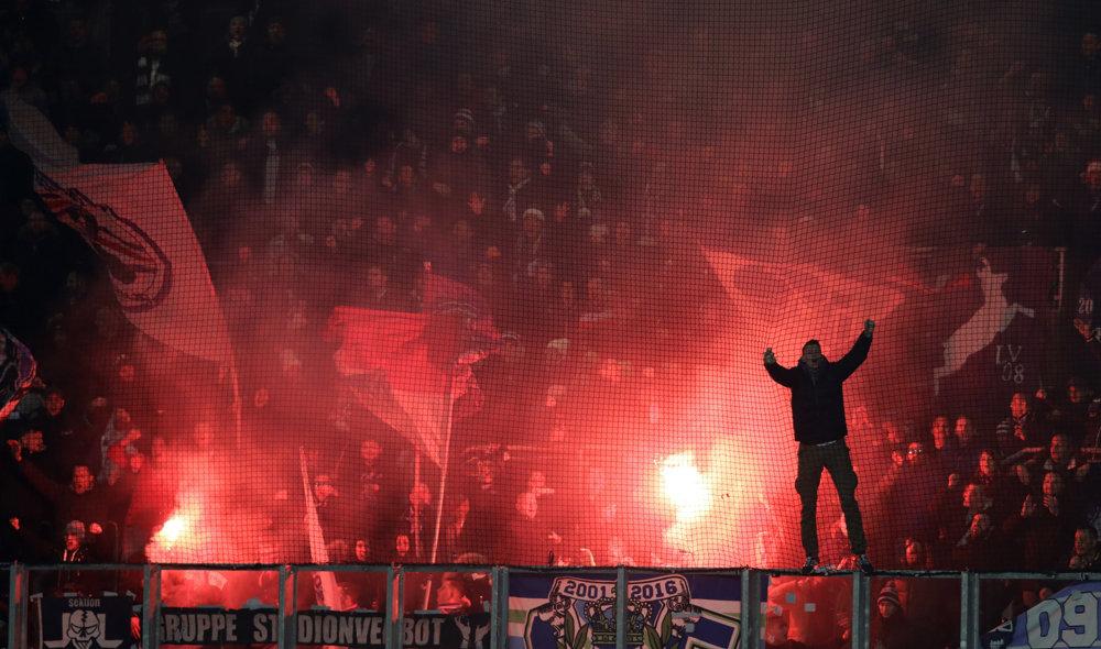 Fanúšikovia Austrie oslavujú gól Rafaela Holzhauseraz pokutového kopu v zápase 6. kola Európskej ligy skupiny E Viktória Plzeň - Austria Viedeň v Plzni. FOTO - TASR/AP