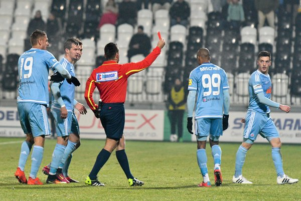 Vukan Savičevič a Mitchell Schet (obaja vpravo od rozhodcu) videli červenú kartu.
