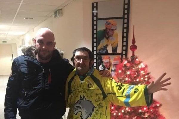 Jozef Rudenko (vľavo) potešil najvernejšieho žilinského fanúšika.