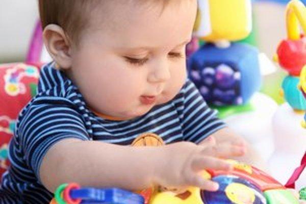 Rodičia sa musia dohodnúť, kto dostane štátne dávky na dieťa.