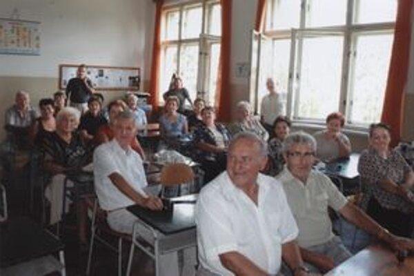 Seniori spomínali v školských laviciach na staré časy.