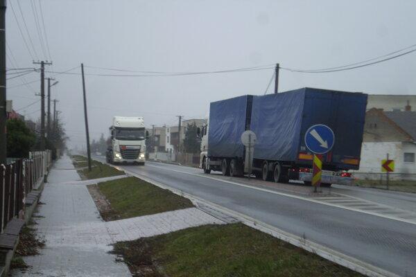 Kamióny jazdia tesne popri domoch, rýchlosť nedodržiavajú. Ak sú preťažené, chvejú sa nielen okenice, ale celé domy.
