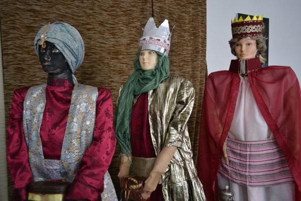 Traja králi. Pri šití ich oblečení využili aj dekoračky.