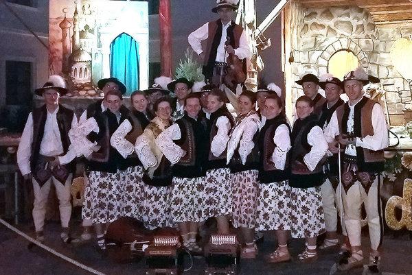 Osemnásť členov Folklórnej skupiny Goral vystúpilo na nádvorí Bratislavského hradu.