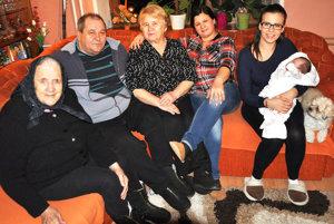 Zľava: Zuzana Vicáňová (91), jej syn Ján Vicáň (67) smanželkou Darinou, vnučka Darina Šuvadová (45), pravnučka Vladimíra Šuvadová (19), prapravnučka Nina Jašicová (2 mes).