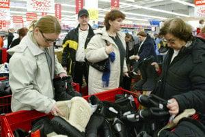 Ľudia by si pri nákupoch mali dávať pozor na osobné veci.