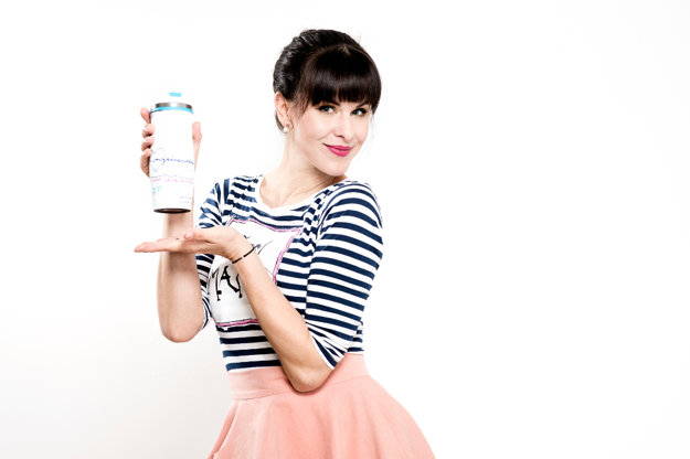 Kristína Farkašová spolupracuje aj so značkou Hero a v novej kampani k nápoju pre mamičky Sunar Gravimilk, navrhla špeciálny termohnrček s vtipným odkazom.