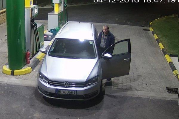 Muž si priamo pred kamerami natankoval do auta s kradnutou ešpézetkou a ušiel.