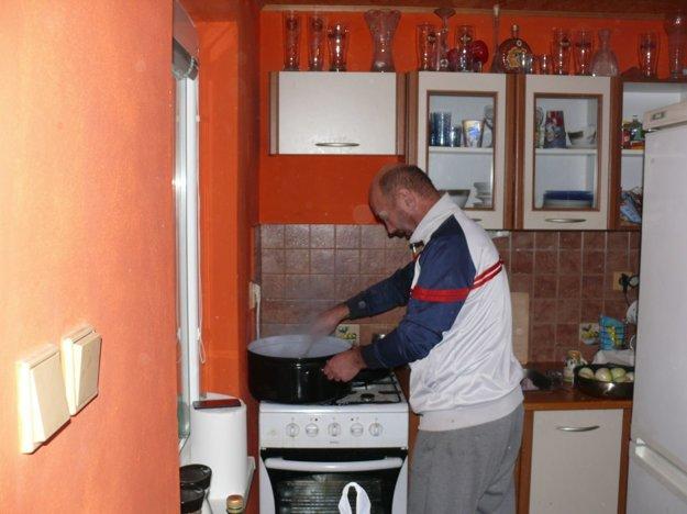 Tréner Tibor Rataj mal na starosti prípravu pečienky.