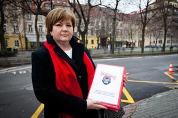 Kontrola Dušatkovej napríklad vyčítala, že si vyplatila odmeny za 32 hodín práce denne či to, že sama so sebou podpisovala zmluvy.