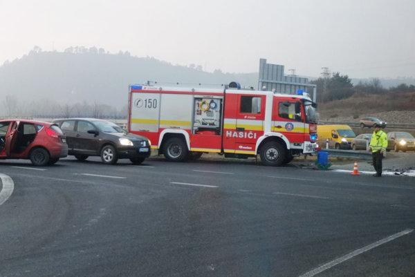 Na mieste zasahovali hasiči.
