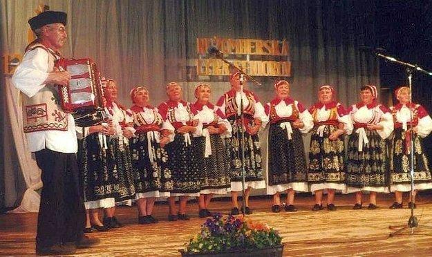 Folklórny súbor z Liptovskej Lúžnej v tradičnom odeve.