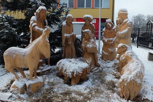 Pri tomto betleheme na Palárikovej ulici sa v týchto dňoch pristavujú malí i veľkí. Doma v obývačke by si totiž takýto krásny symbol Vianoc mohol sotva kto postaviť.