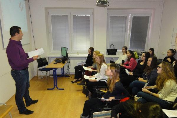 Ľubor Pilárik so študentkami na prezentácii výsledkov psychologických experimentov.