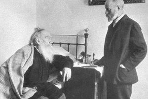 Velikán svetovej literatúry Lev Nikolajevič Tolstoj (na posteli) a jeho osobný lekár Dušan Makovický z Ružomberka.