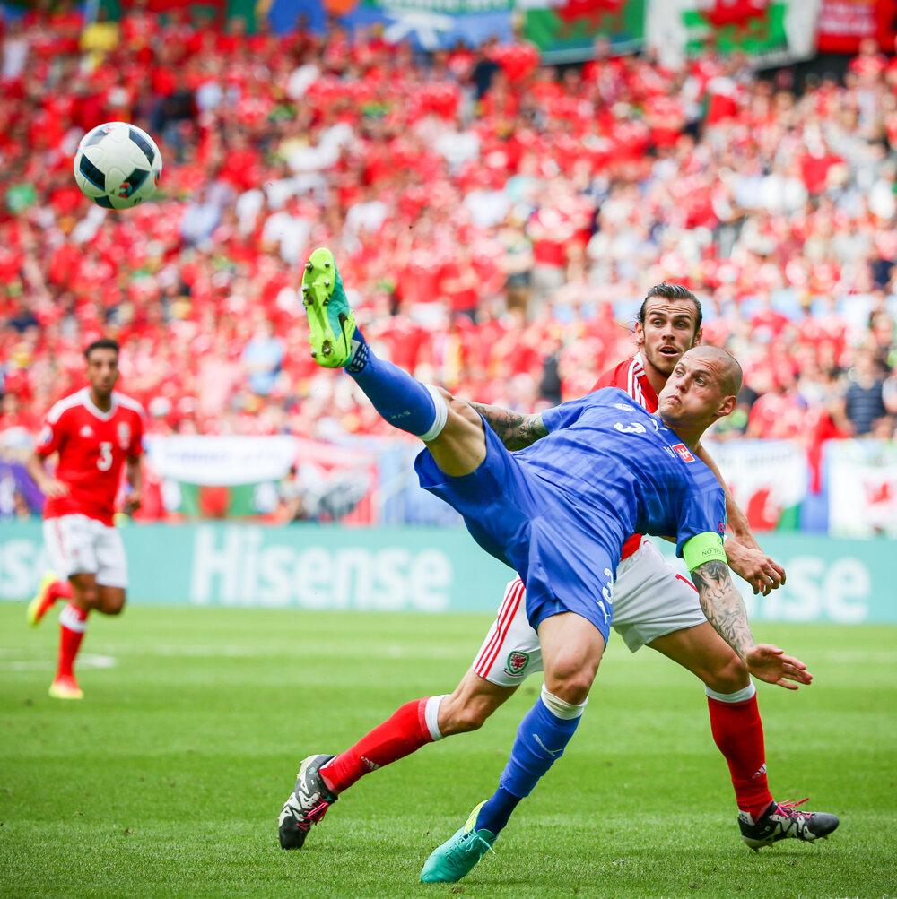 11. jún 2016. Martin Škrtel v súboji Garethom Baleom počas zápasu s Walesom na ME vo futbale v Bordeaux.