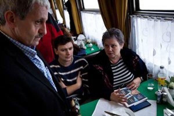 Mikuláš Dzurinda (vľavo) počas osobnej predvolebnej kampane s názvom Máme spoločnú cestu, počas ktorej vycestoval vlakom z Bratislavy do Košíc.