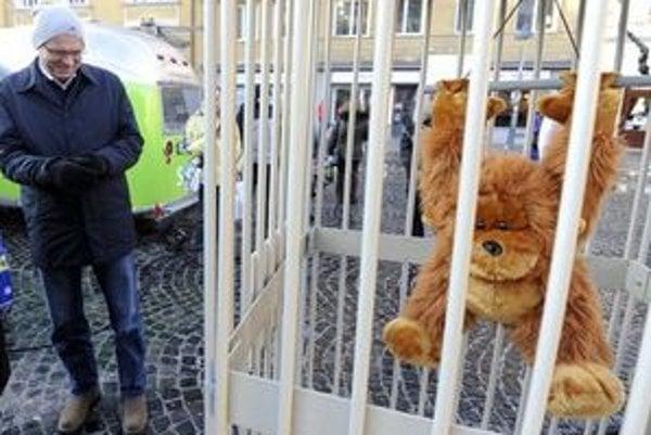"Bábka ""Gorila slovenská"", poukazujúca na aféru Gorila."