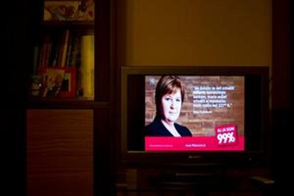 Jednoduchý šot s obrázkom z bilbordu a hlasom kandidáta vidieť v televízii každý večer. Včera vysielali líderku strany Alenu Dušatkovú.