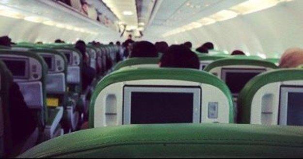 Jeden z únoscov na palube lietadla.