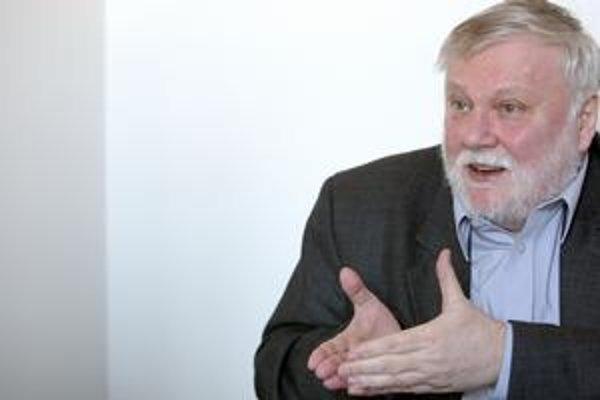 Literárny vedec Peter Zajac (65 rokov) sa vlani dostal do parlamentu za Most–Híd. Je predsedom OKS, tvárou novembra 1989.