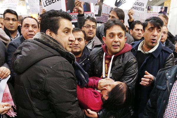 Utečenci vo Franfkurte protestovali proti deportáciám.