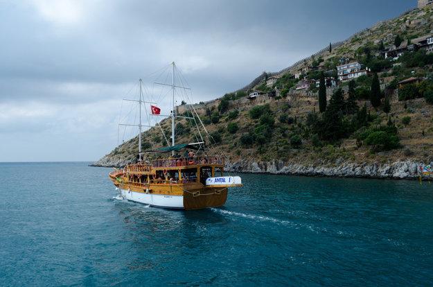 Tureckú riviéru si môžete prejsť aj loďou.
