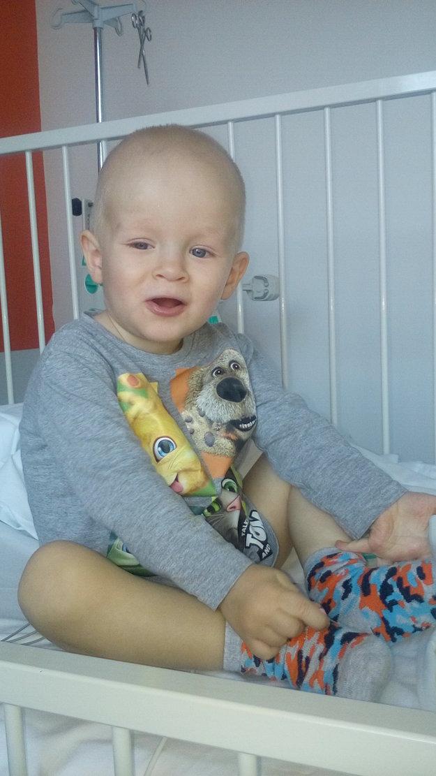 Chlapček si po náročnej operácii prvýkrát sadol.