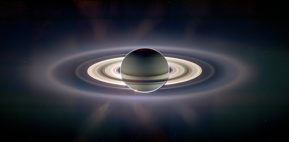 Saturn vo falošných farbách na základe dát z Cassini.