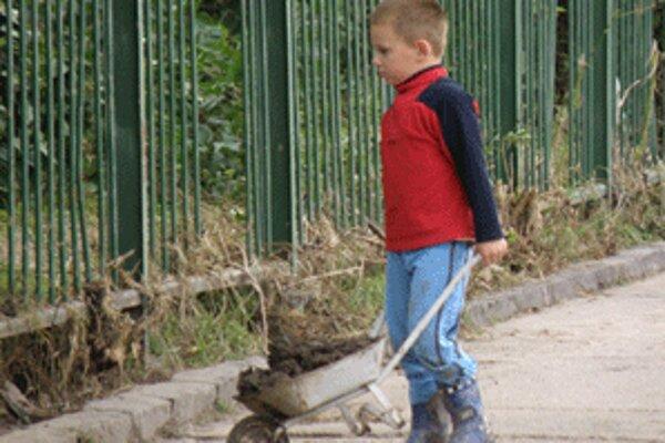 S čistením po povodniach pomáhajú aj deti.