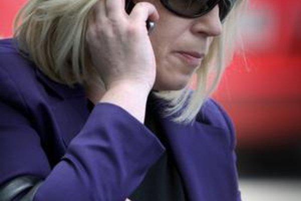 Premiérka Iveta Radičová nechala nového šéfa Úradu pre verejné obstarávanie vyberaťv konkurze. Nominanta Smeru Jána Valka predtým odmietla, lebo nemal žiadnu kvalifikáciua skúsenosti s obstarávaním.