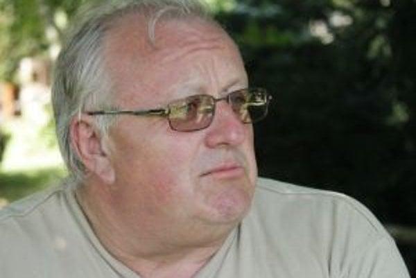 Narodil sa v roku 1954, maturoval na technickej strednej škole so všeobecným zameraním. Pracoval v Štátnom ústave pamiatkovej starostlivosti a ochrany prírody na oddelení zabezpečovania prevádzky, neskôr nastúpil do zoologickej záhrady v Bratislave, k
