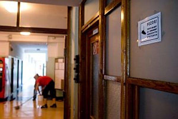 Na chodbách kamery monitorujú dianie v desiatkach škôl.
