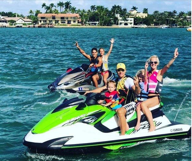 """Šantili v oceáne. Na Miami vyzerá Silvester celkom inak, ako v našich končinách. Zuzana Belohorcová s manželom Vlastom, deťmi a kamarátmi si dopriali adrenalínovú jazdu na skútroch. """"Miláčkovia, do nového roku vykročte tou správnou nohou!"""""""