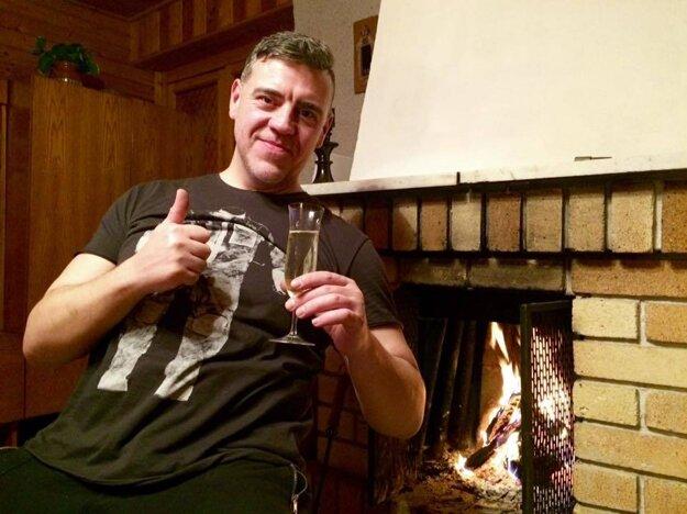 """Šéfkuchár v civile. Obľúbený Martin Korbelič s pohárom šampanského odkazuje: """"Šťastný nový rok priatelia a na zdravie!"""""""