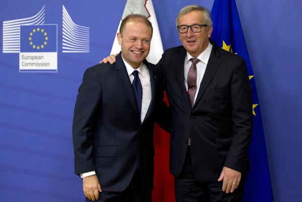 Predseda Európskej komisie Jean-Claude Juncker (vpravo) víta maltského premiéra Josepha Muscata.