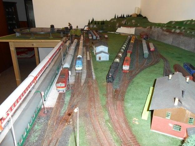 Model železnice zaberá v byte jednu celú izbu.