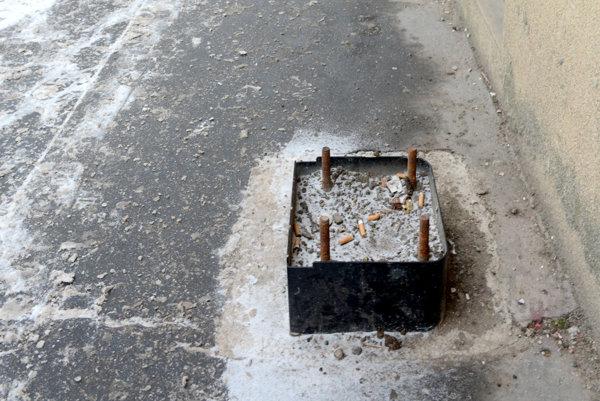 Pasca na chodcov? Ani vyše polroka nestačilo firme EEI na odstránenie pozostatkov po stavebných zásahoch pri osádzaní automatov.