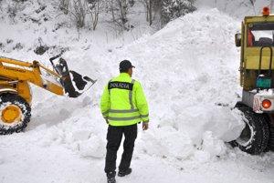 Pod kopou snehu je železničná trať.